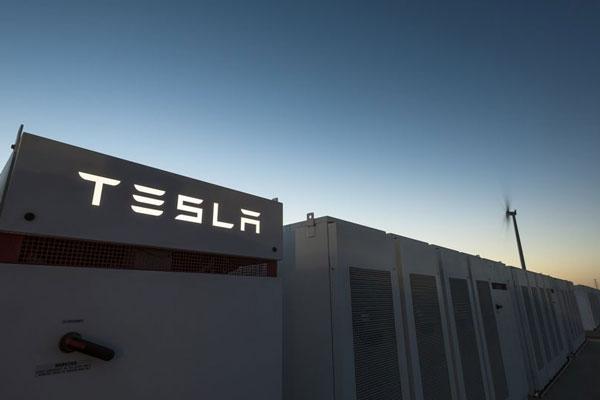 Tesla запустила самый большой в мире аккумулятор